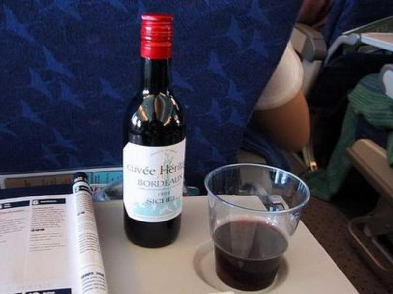 Алкоголь в самолете - на самом ли деле нельзя пить и почему?