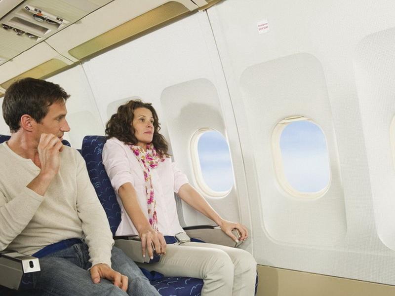 Зачем нужно поднимать спинку кресла самолета перед взлетом и посадкой