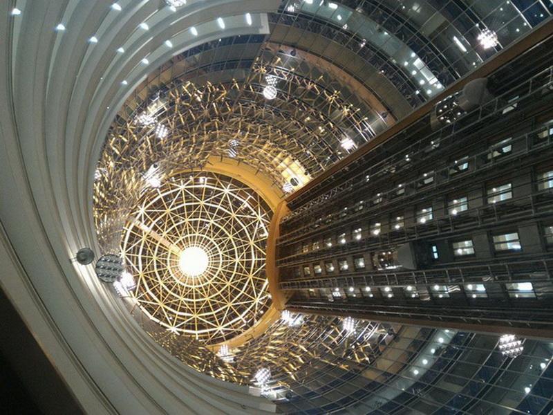 Футуристический интерьер одного Центр Изучения Испанской Культуры зданий Москва-сити