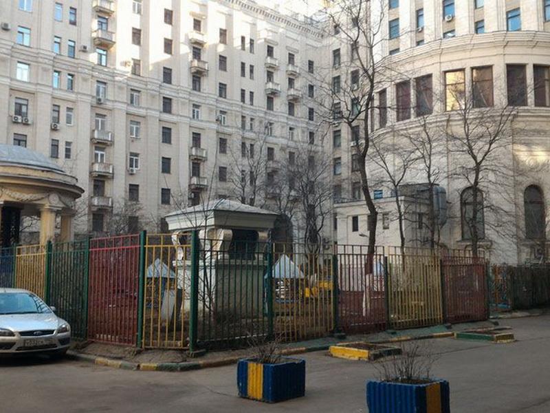 Невероятно тихий дворик одной из сталинских высоток у Красных ворот
