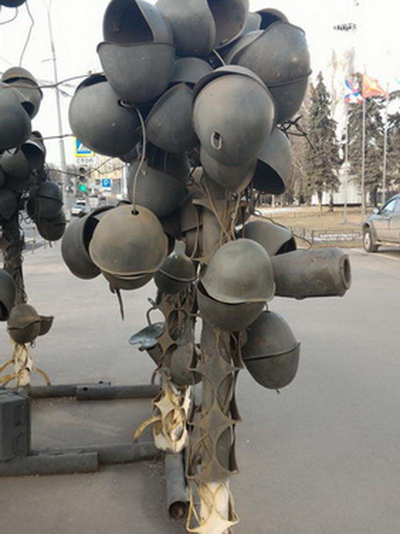 Инсталляция из касок на Советской армии