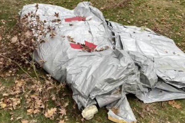 Трап самолета упал водвор частного дома