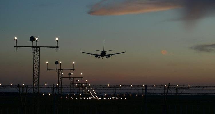 Что должны увидеть пилоты в темноте, чтобы успешно посадить самолет ночью?